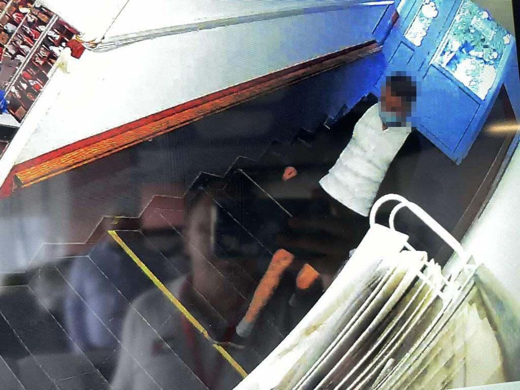 Камери зняли чоловіка у відділеннях НП