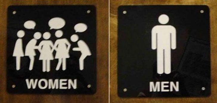 Девушки шепчутся в туалете.