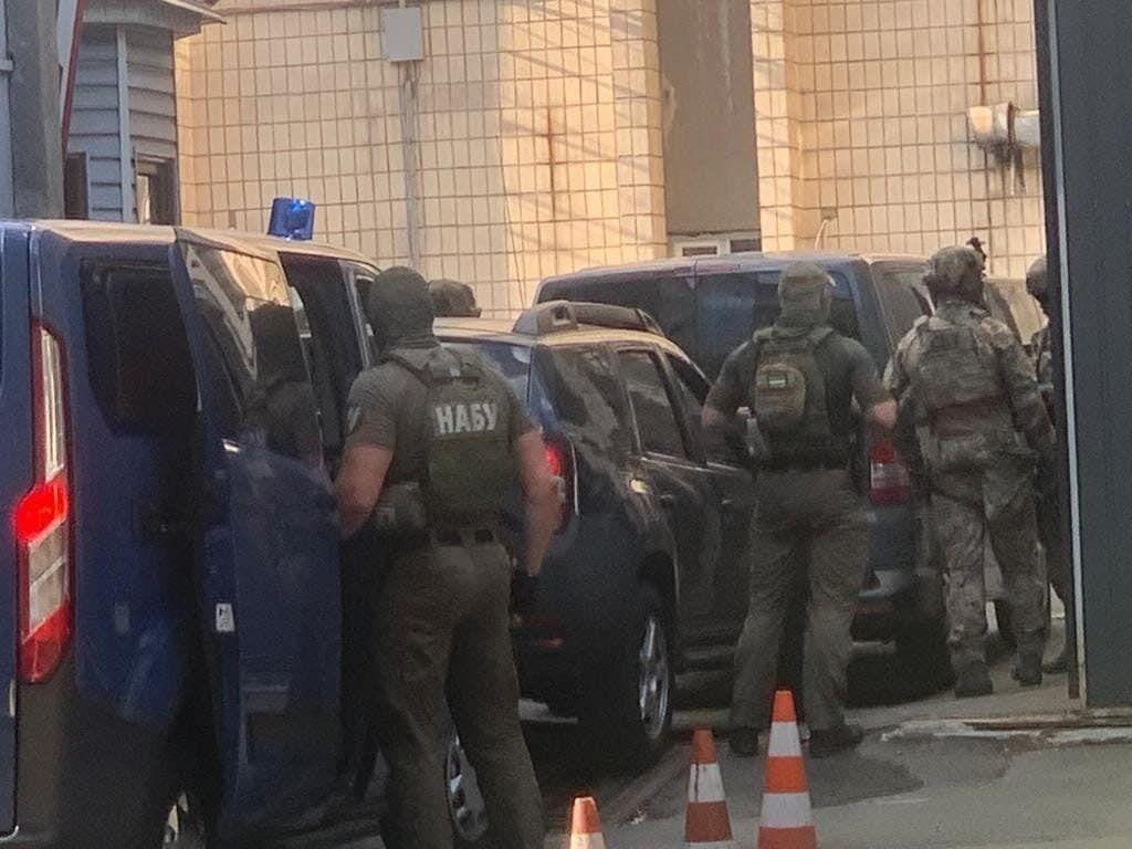 К тюрьме также прибыл спецназ НАБУ.