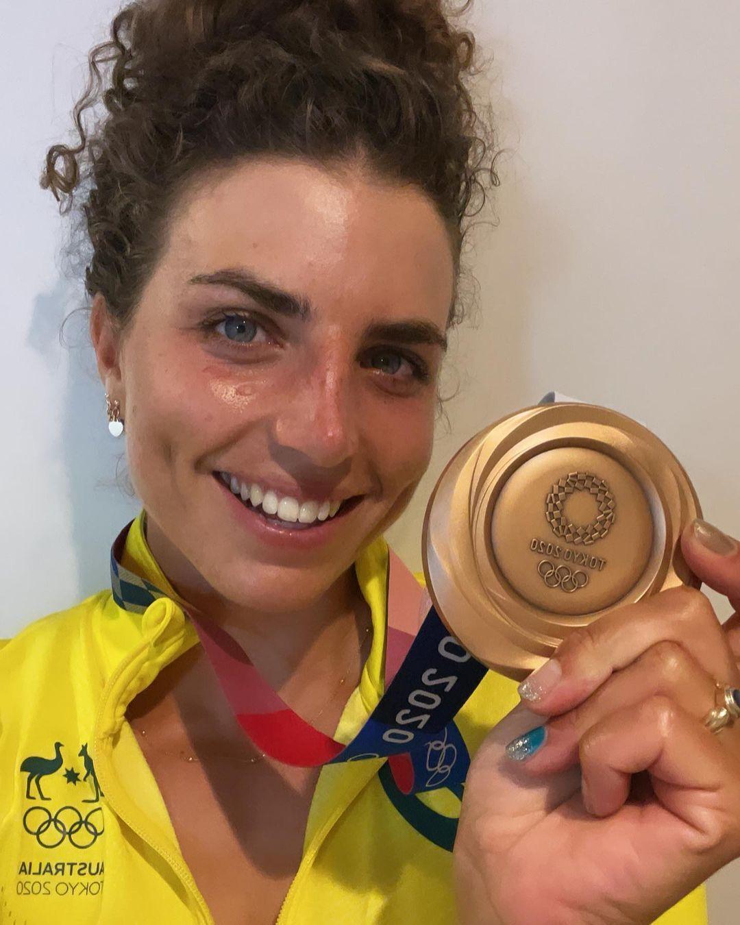 Австралийская гребчиха Джесси Фокс с медалью