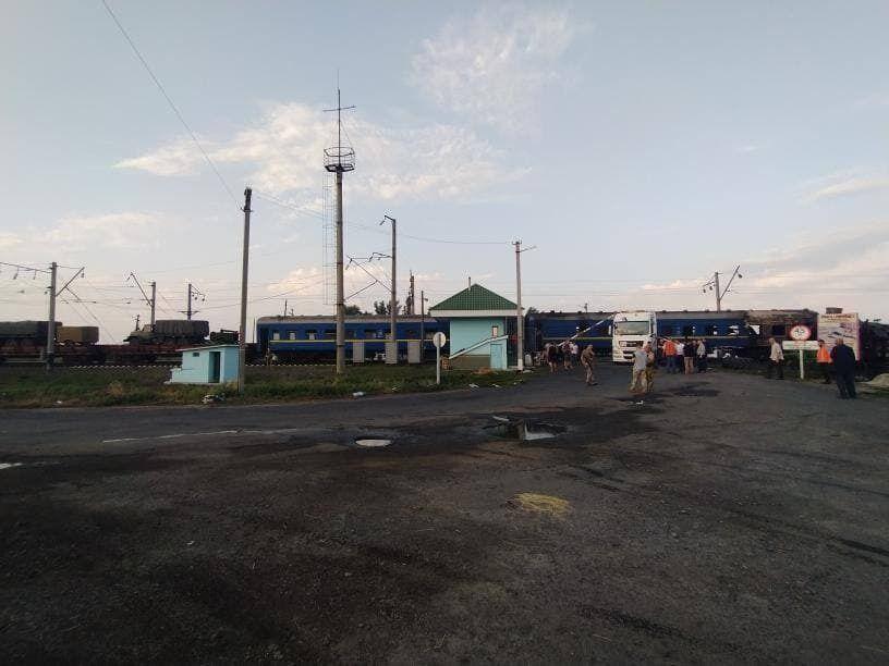 На месте работает команда железнодорожников