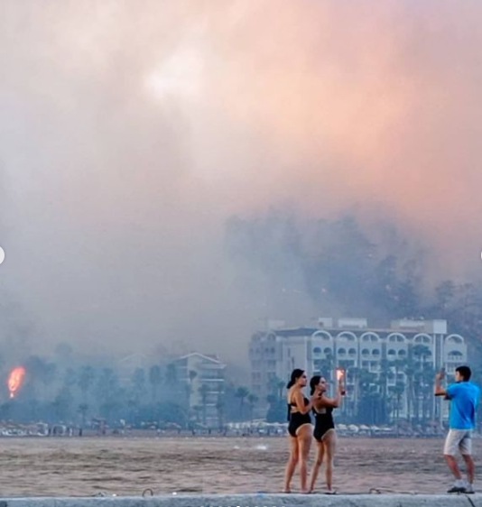 Ичмелер неподалеку от Мармариса: туристы снимаются на фоне пожара