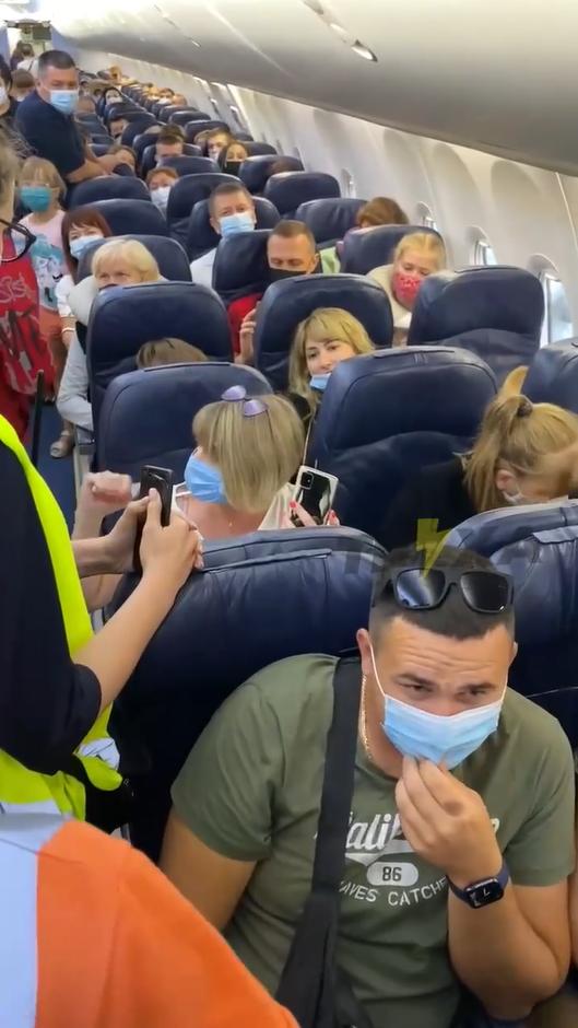 Женщина устроила скандал в самолете.
