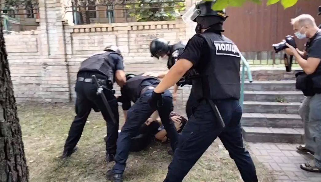 Поліція затримала двох осіб.