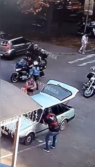 Байкери розгромили машину молодої пари