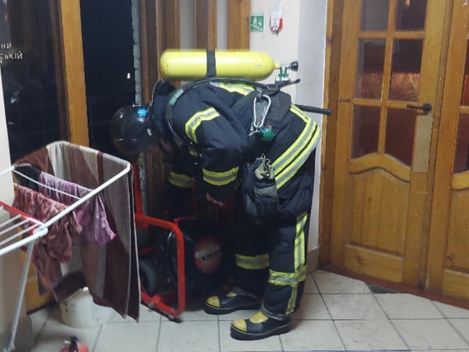 Пожежні увійшли в кімнату, де виник осередок.