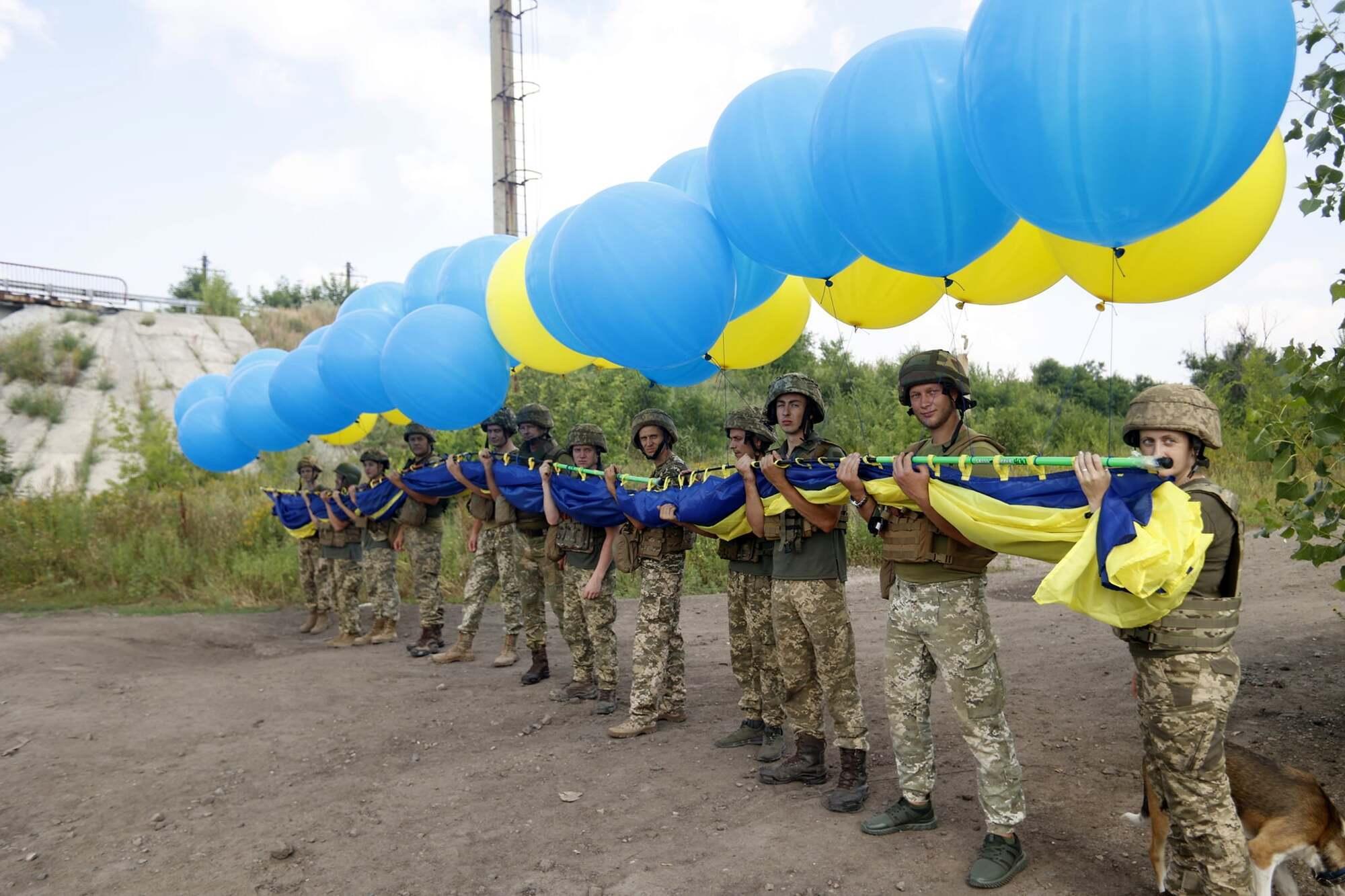 В небо Авдеевке подняли огромный флаг Украины
