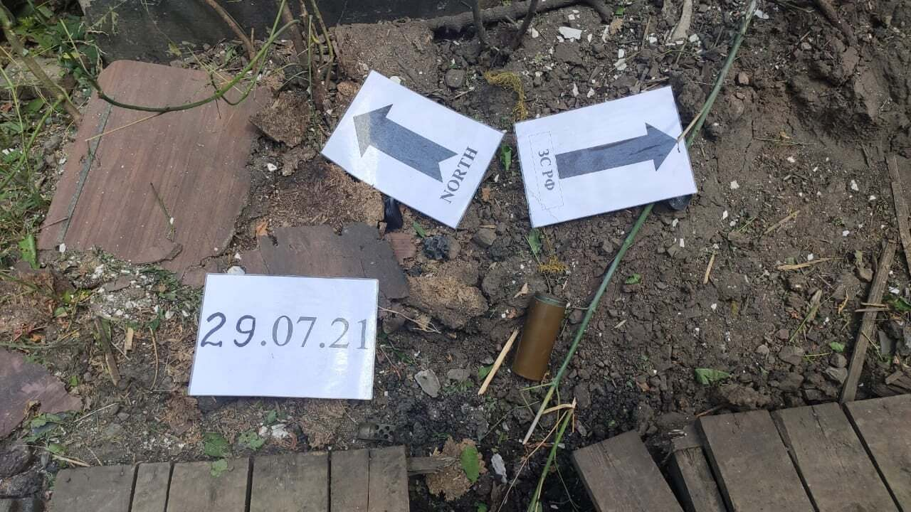Саперы проводят операцию по извлечению мин.