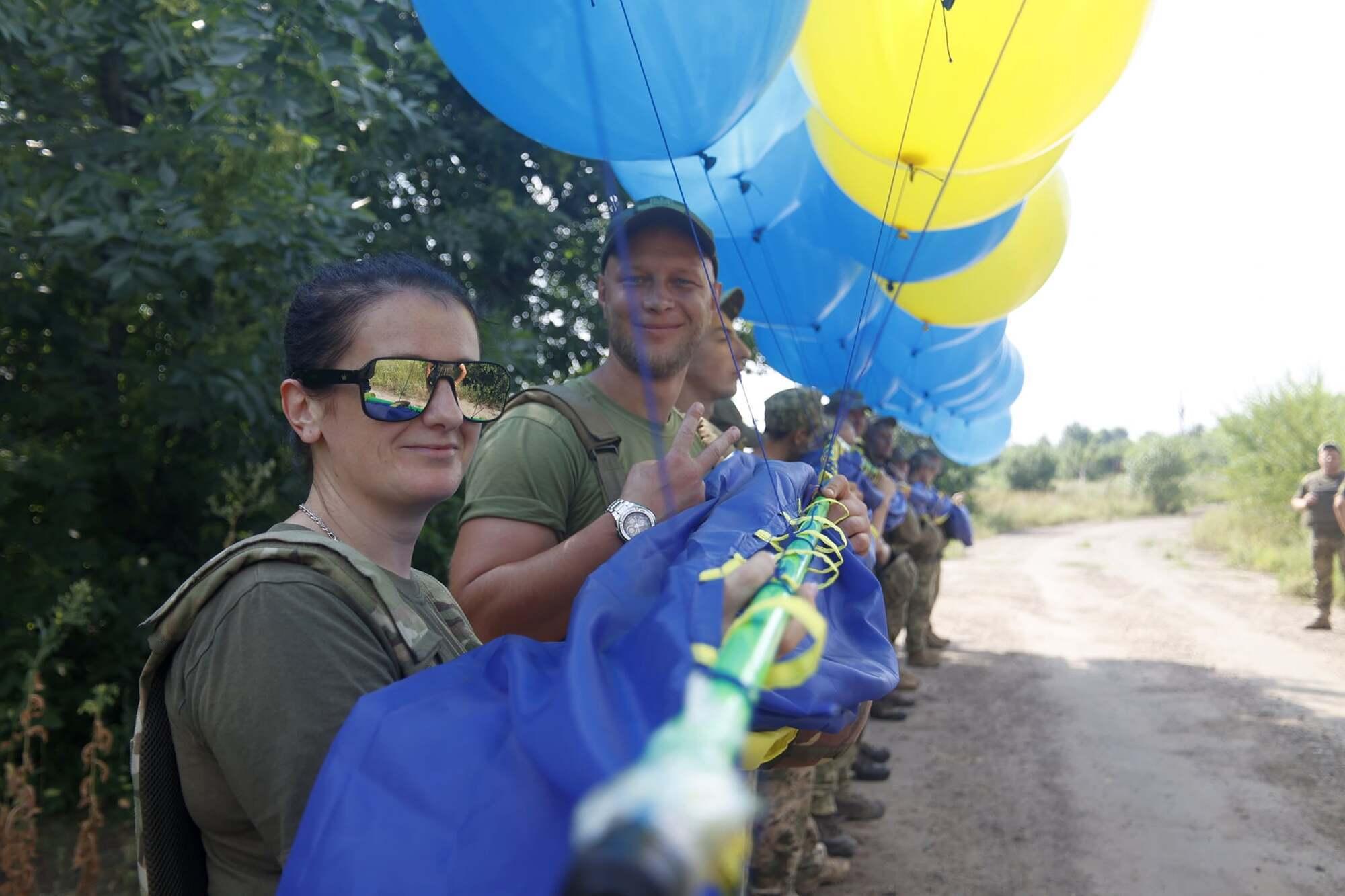 Флаг подвесили на воздушные шарики