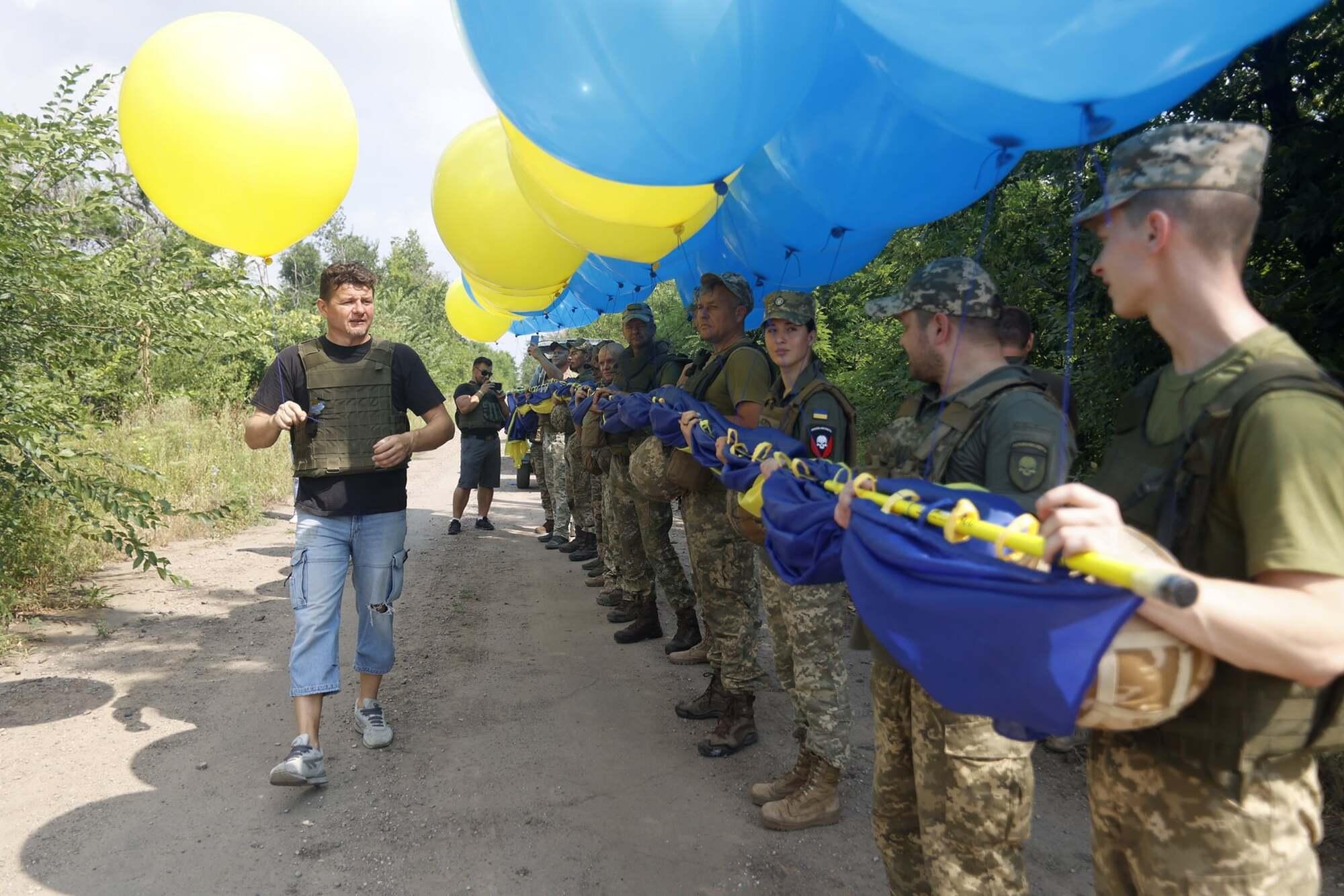 Несколькометровый флаг Украины развернули в Авдеевке