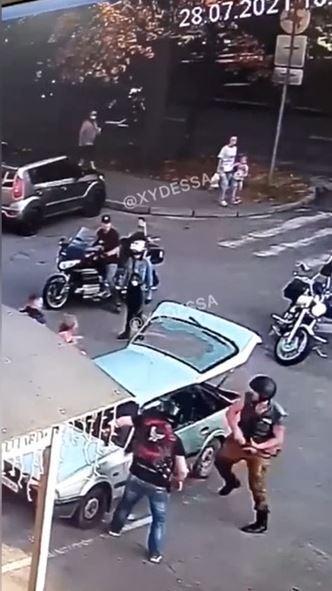 Байкери розгромили машину і вибили вікна