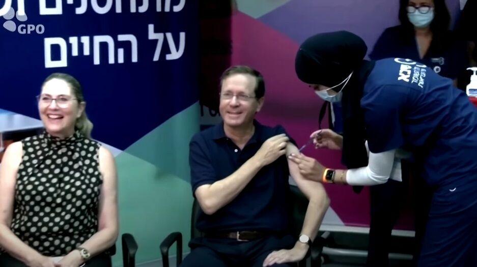 Президент вакцинувався разом із дружиною.