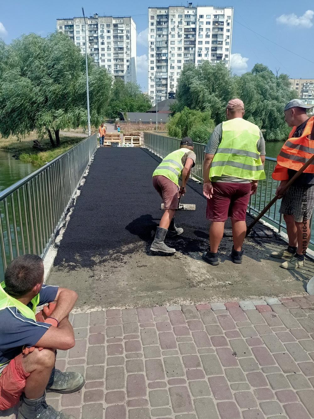 Коммунальщики положили асфальт на мостике