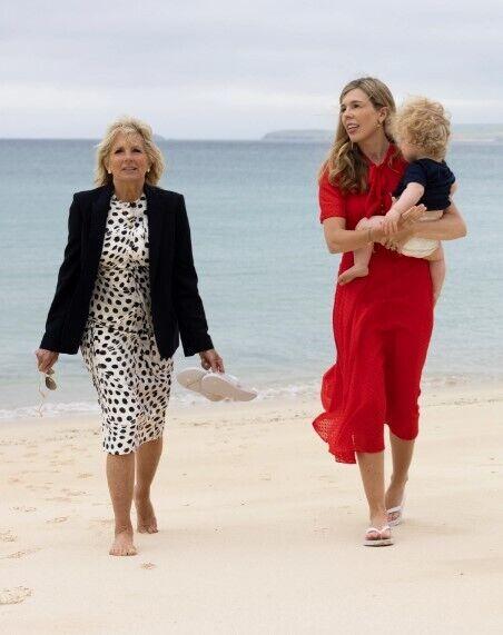 Керри на прогулке с сыном Уилфредом