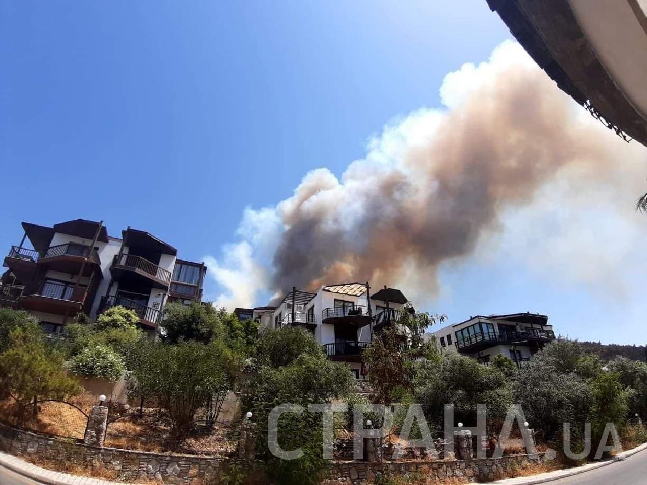 Пожар тушат с вертолетов