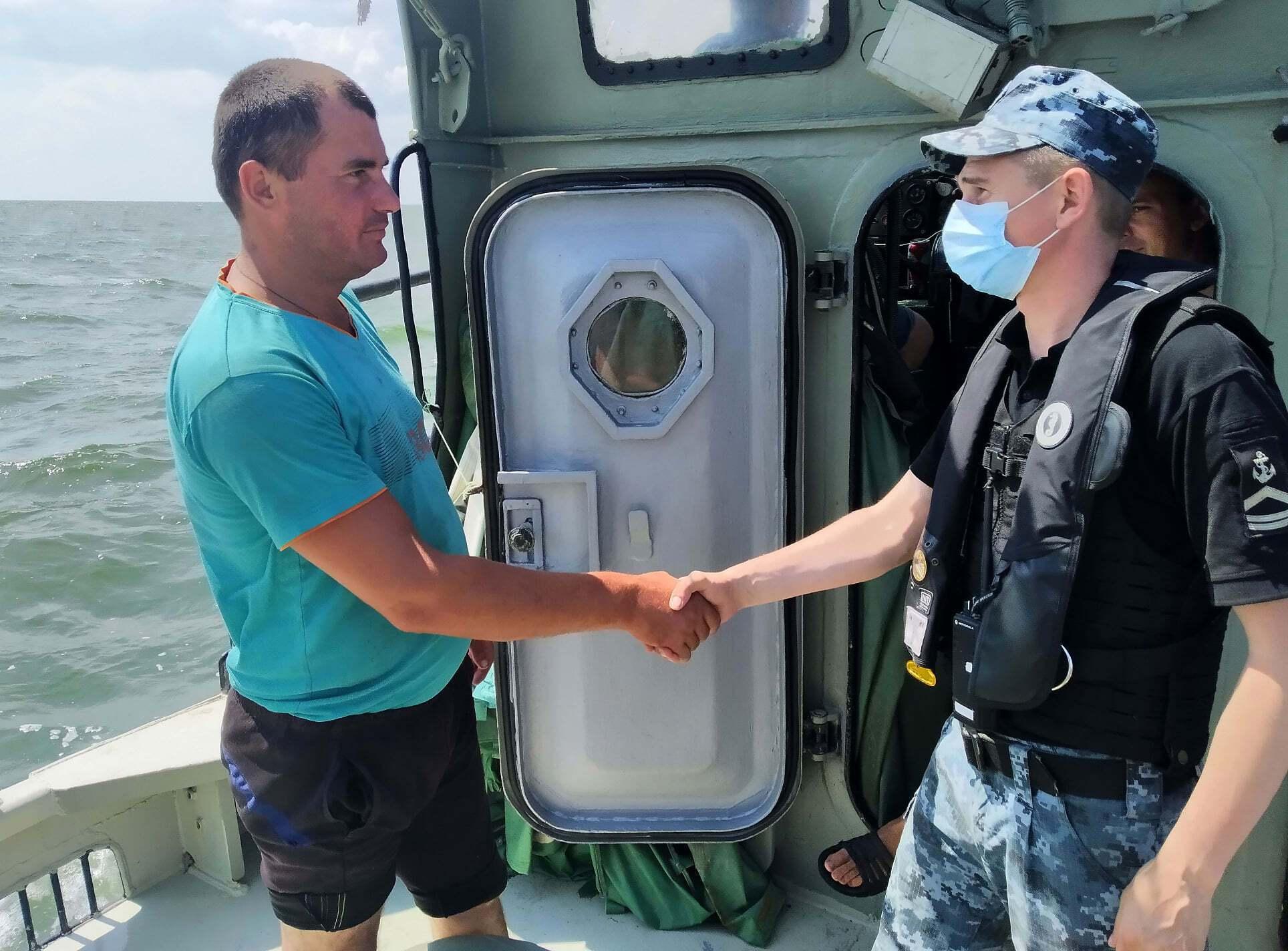 Рыбаков спасли пограничники.