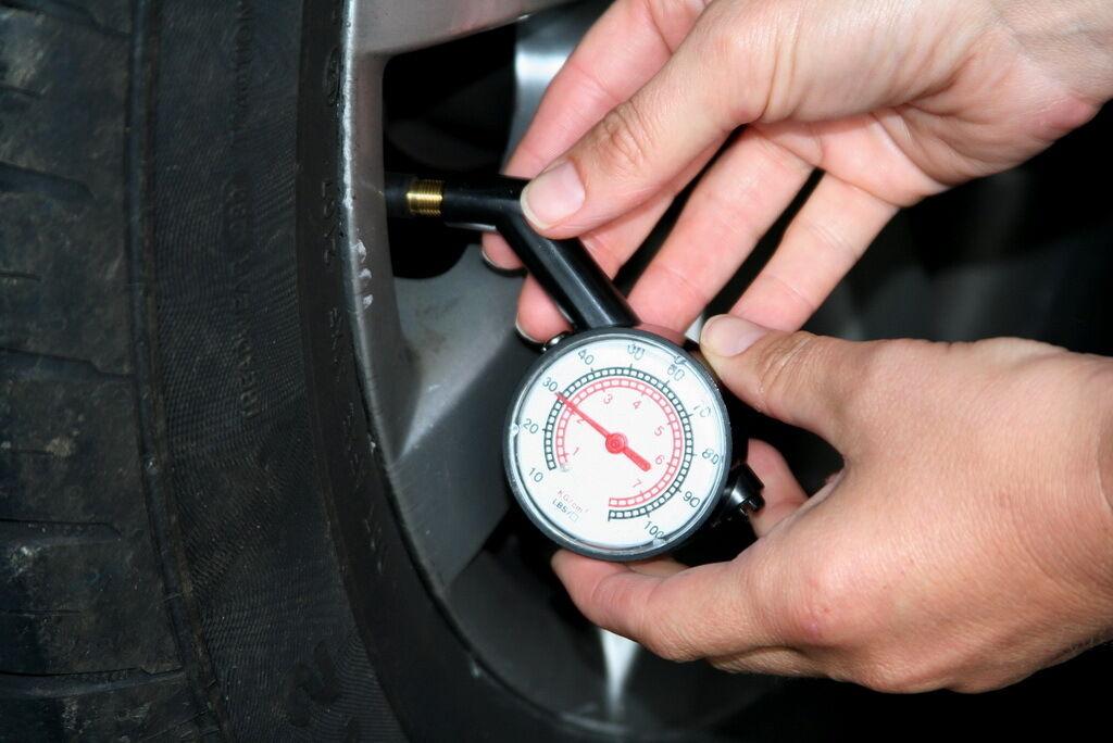 Необхідно регулярно слідкувати за зносом шин та своєчасно контролювати тиск у шинах