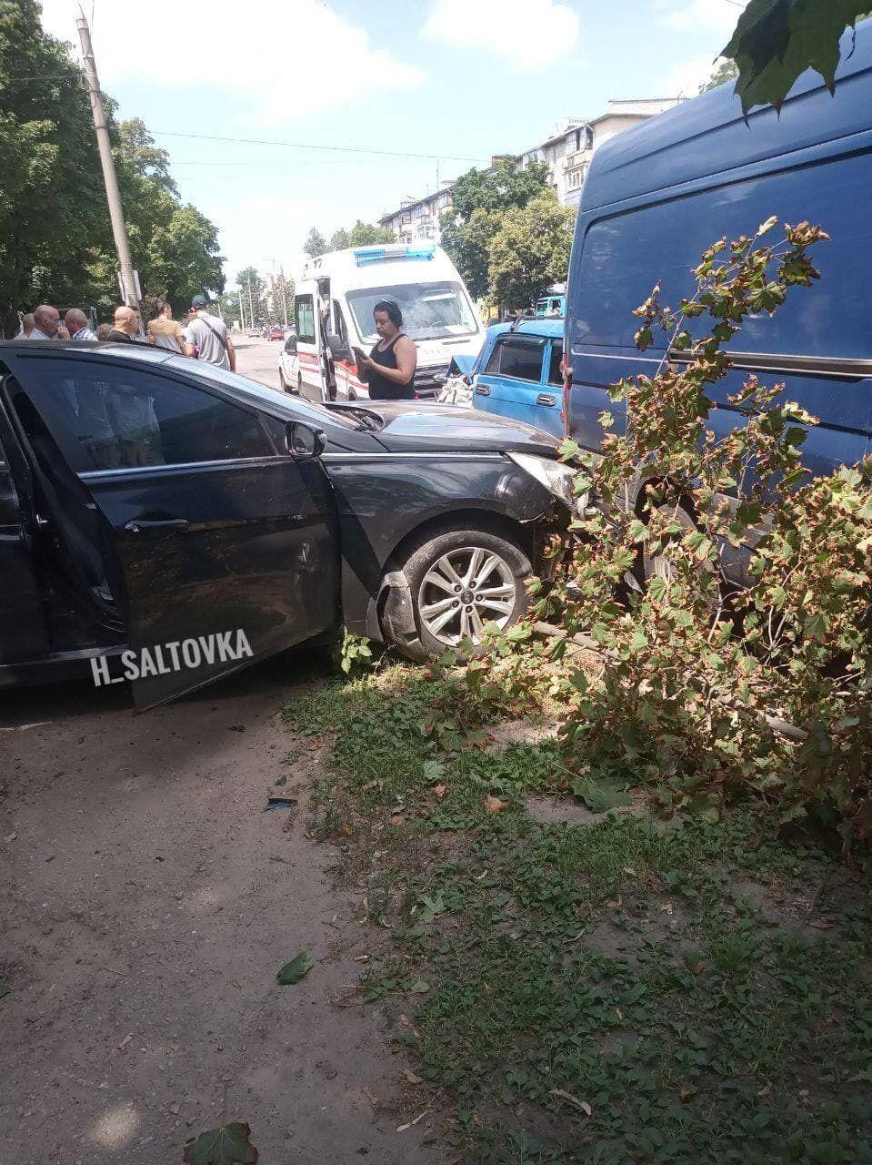 Авто врезалось в две машины