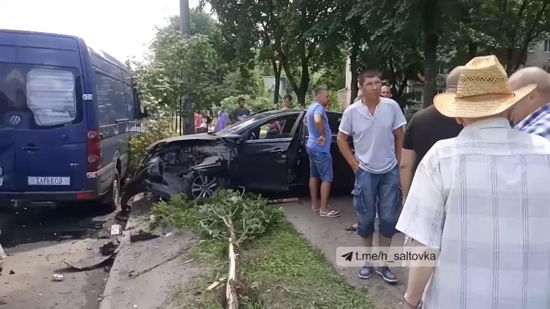На месте инцидента собрались очевидцы