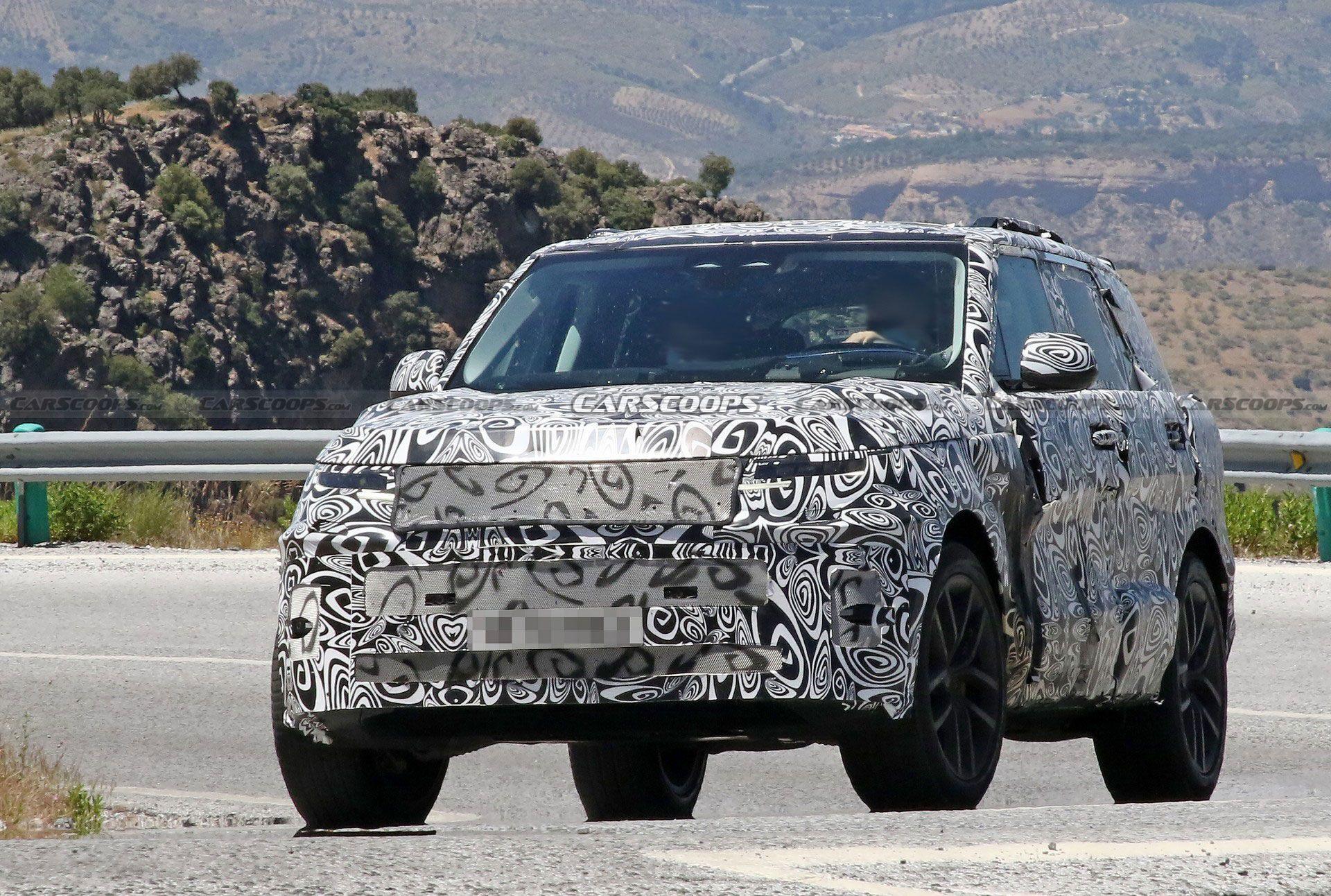 Незважаючи на захисний декор, можна побачити, що автомобіль отримає вузьку решітку радіатора і нові світлодіодні фари