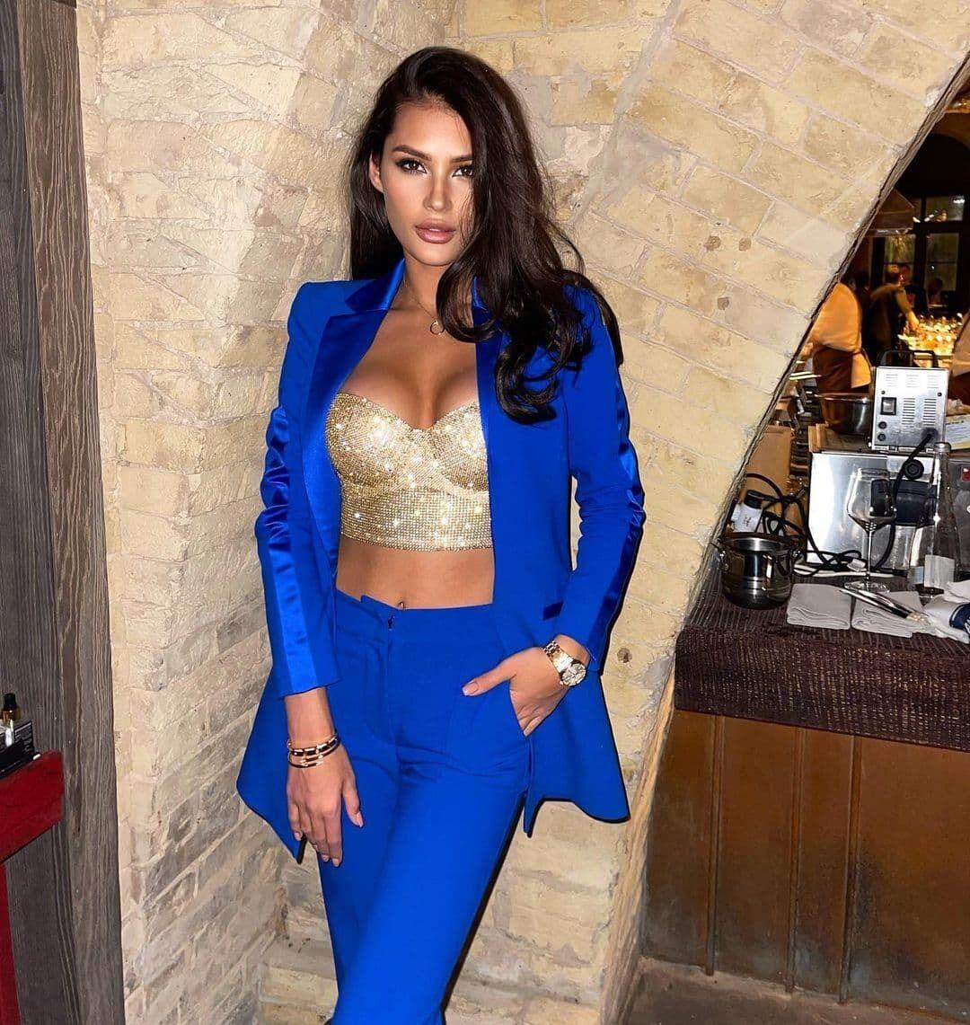 Карина Тищенко в синьому костюмі.