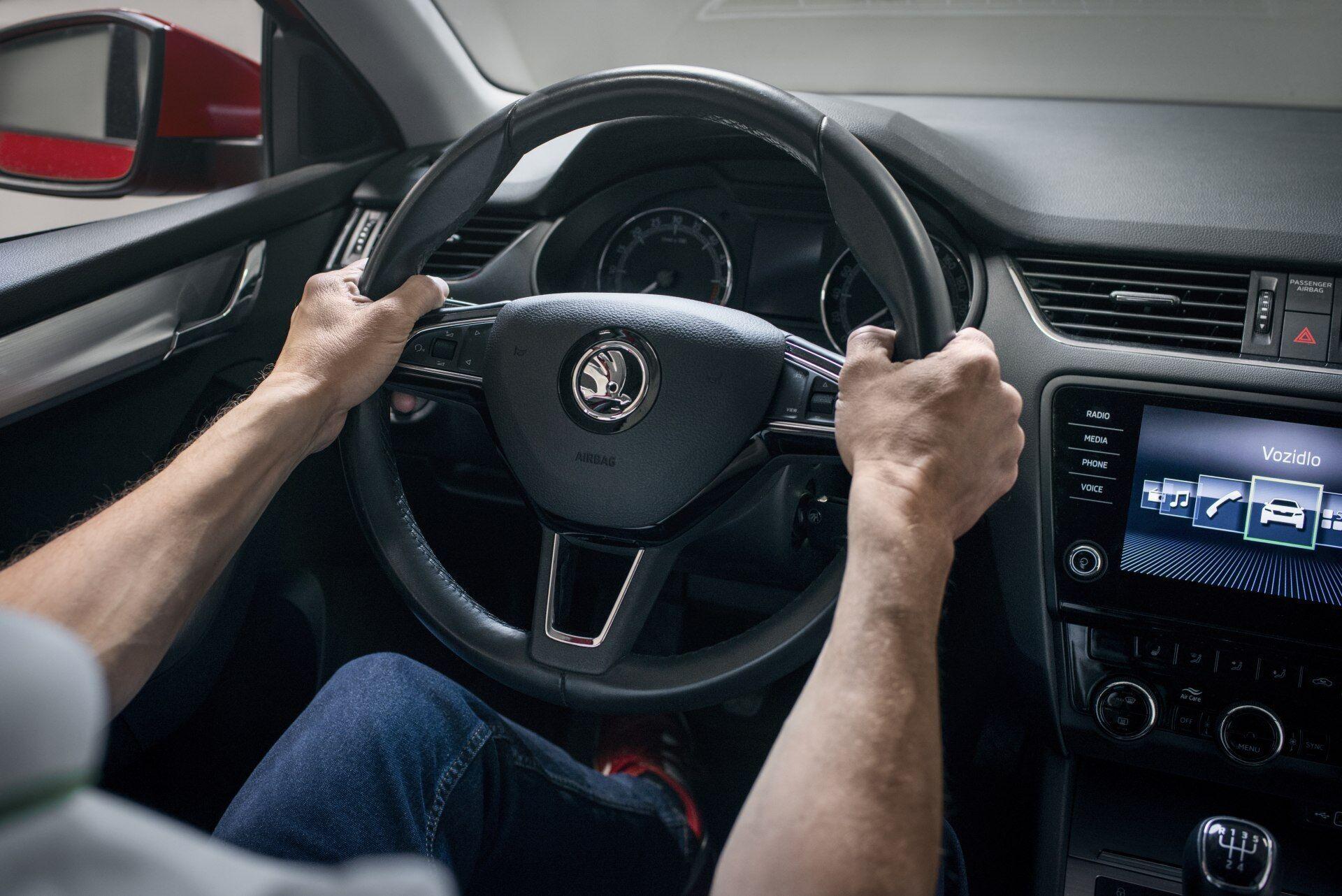 """Правильная позиция рук на руле соответствует положению стрелок часов на """"9"""" и """"3"""""""