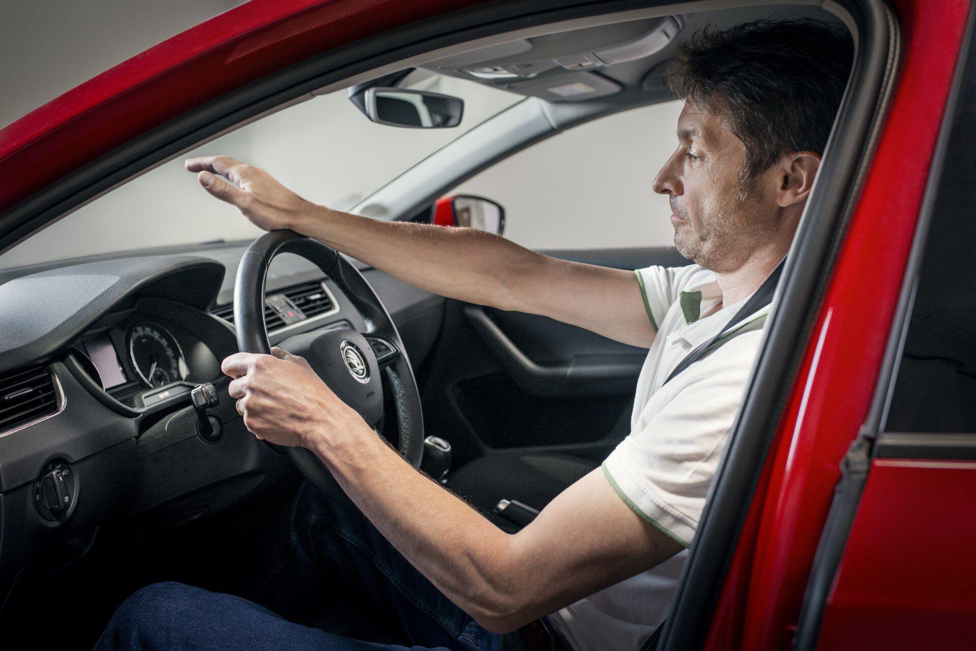 Идеальное расстояния между сиденьем и рулевым колесом, – спина в области лопаток плотно прижата к спинке кресла, а вытянутые руки в районе запястья лежат на верхней части обода