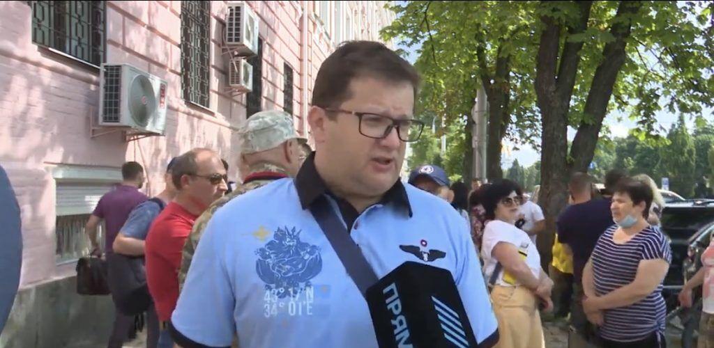 """Під судом зібралися волонтери, активісти та """"тітушки"""""""