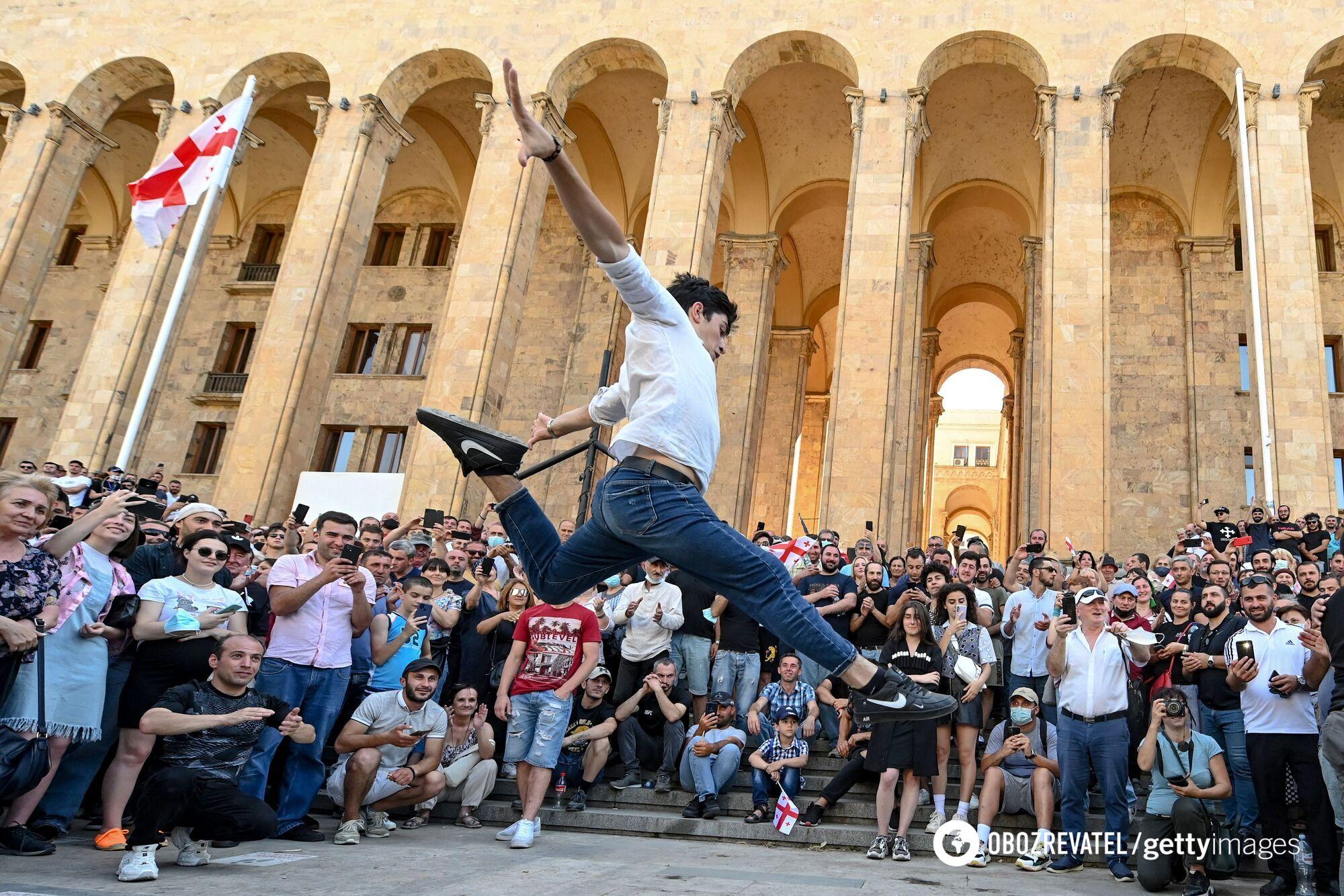 Противники прайда устроили танцы после его отмены.