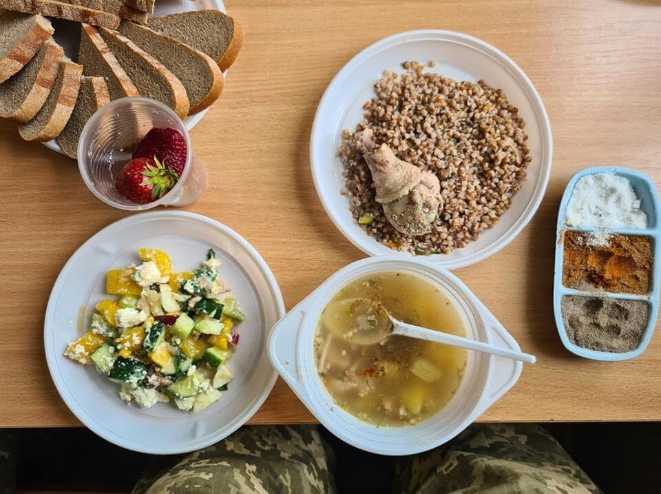 Обід для військових на зборах резервістів