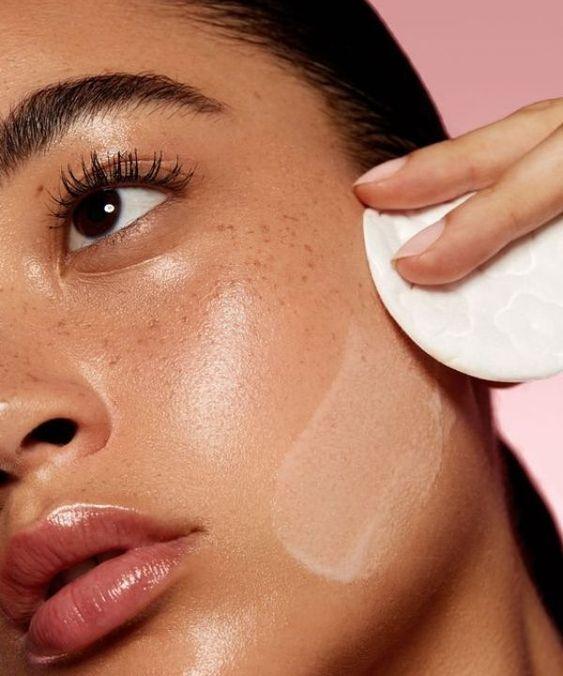 Влітку використовуйте матувальні серветки, щоб прибрати жирний блиск зі шкіри обличчя