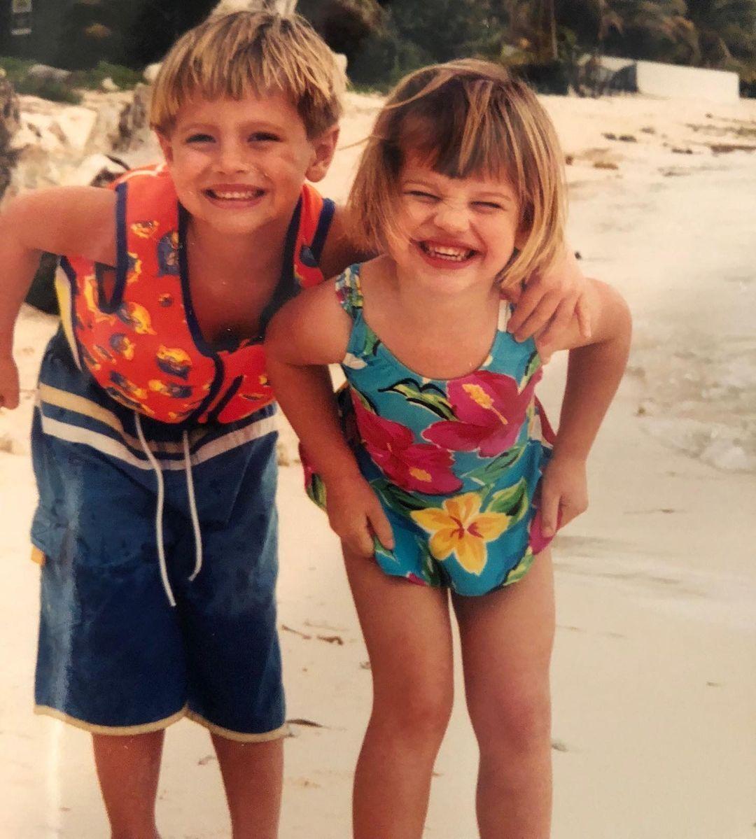 Деніел Мікельсон зі своєю сестрою.