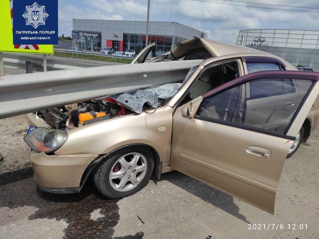 Відбійник пробив автомобіль наскрізь.