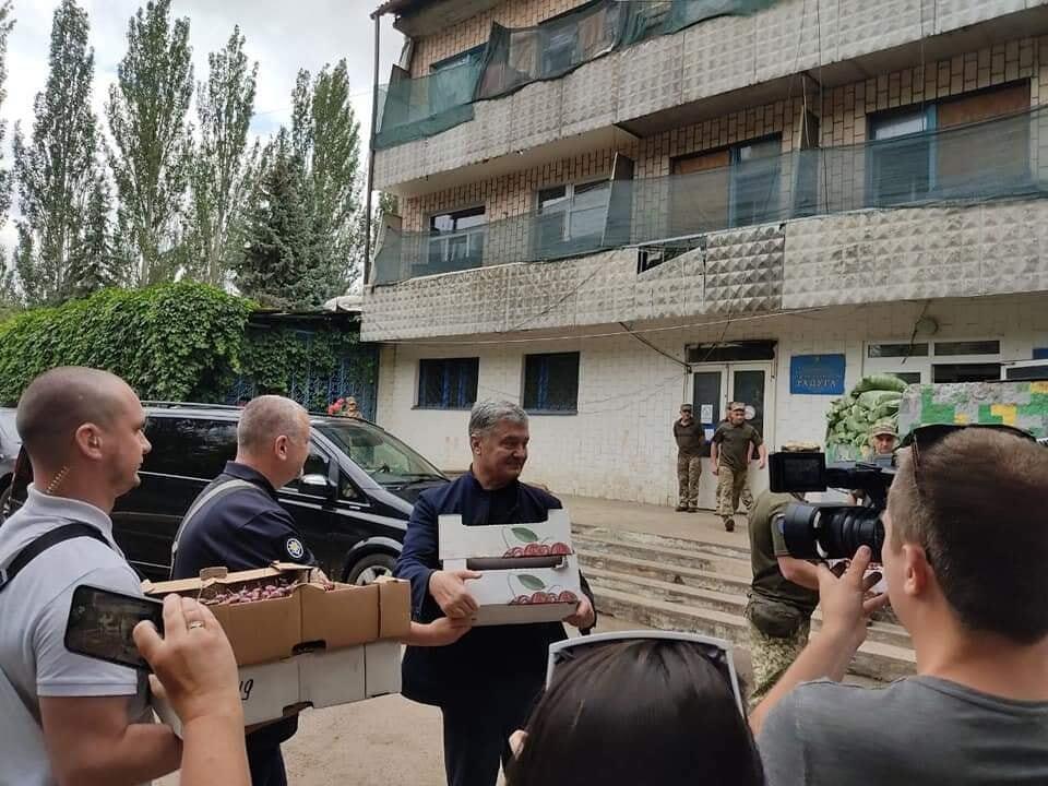 Традиционно команда Порошенко привезла бойцам вкусности