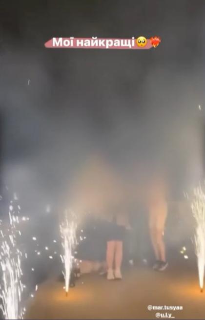 Девушки жгли фейерверки