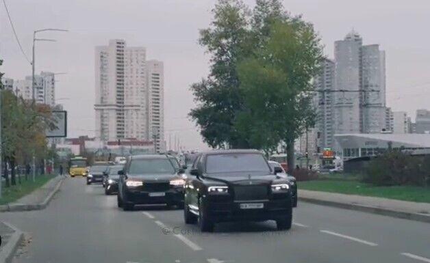 У кортежі помітили два Rolls-Royce.