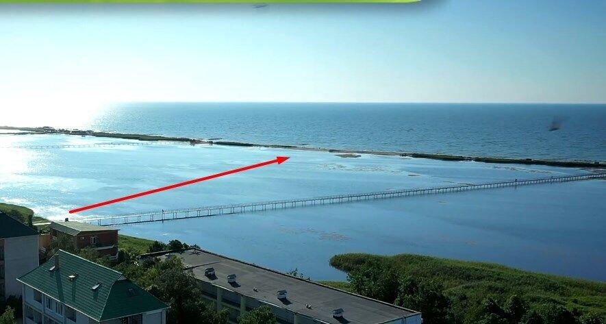 К морю нужно идти по мосту через лиман.