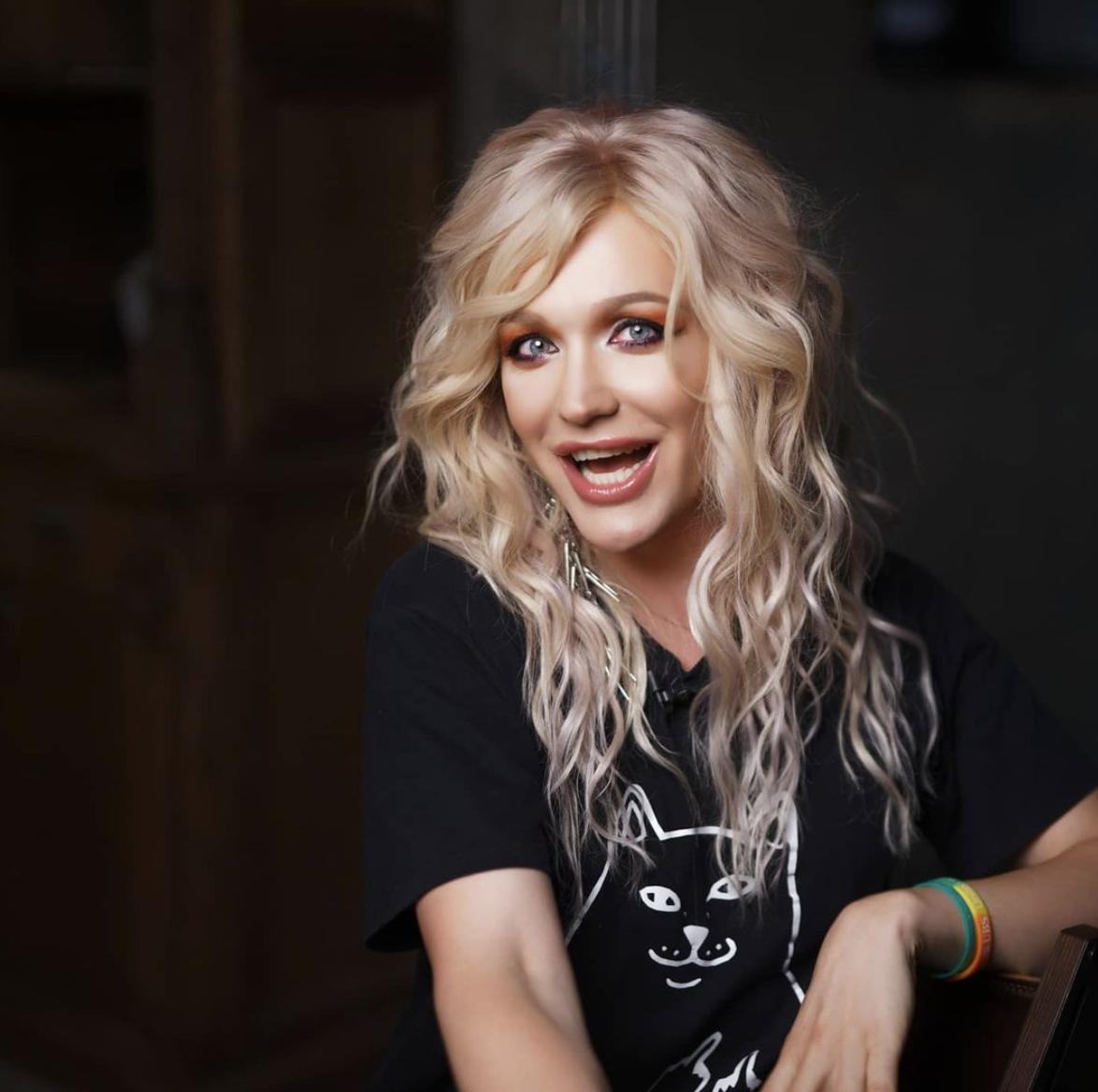 Травесті-діва Монро є письменницею, співачкою і блогеркою