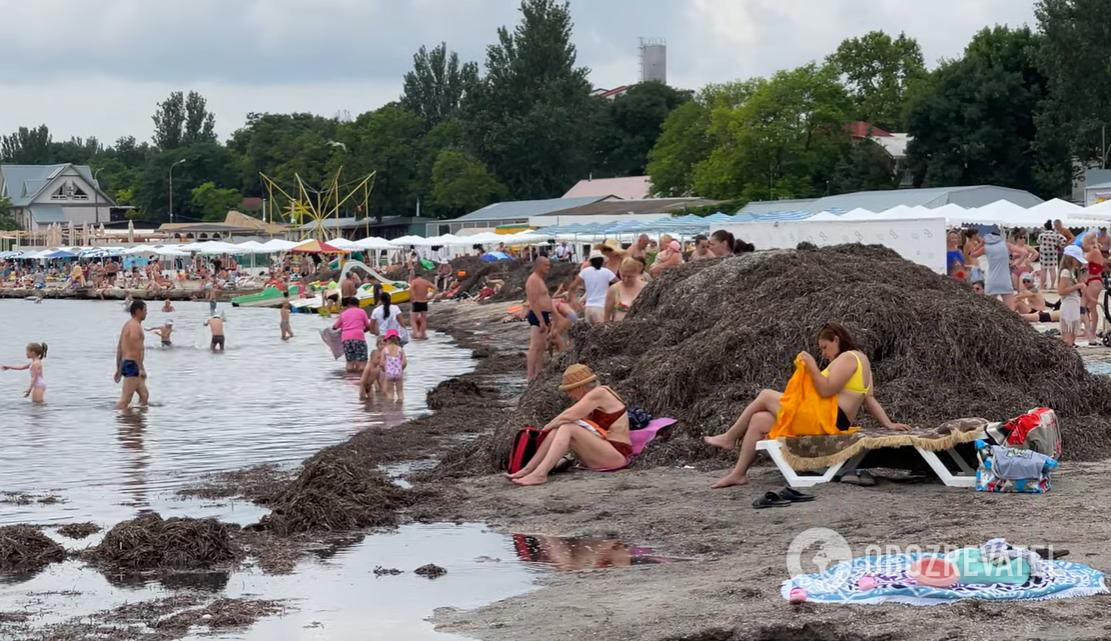 Пляж дуже брудний.