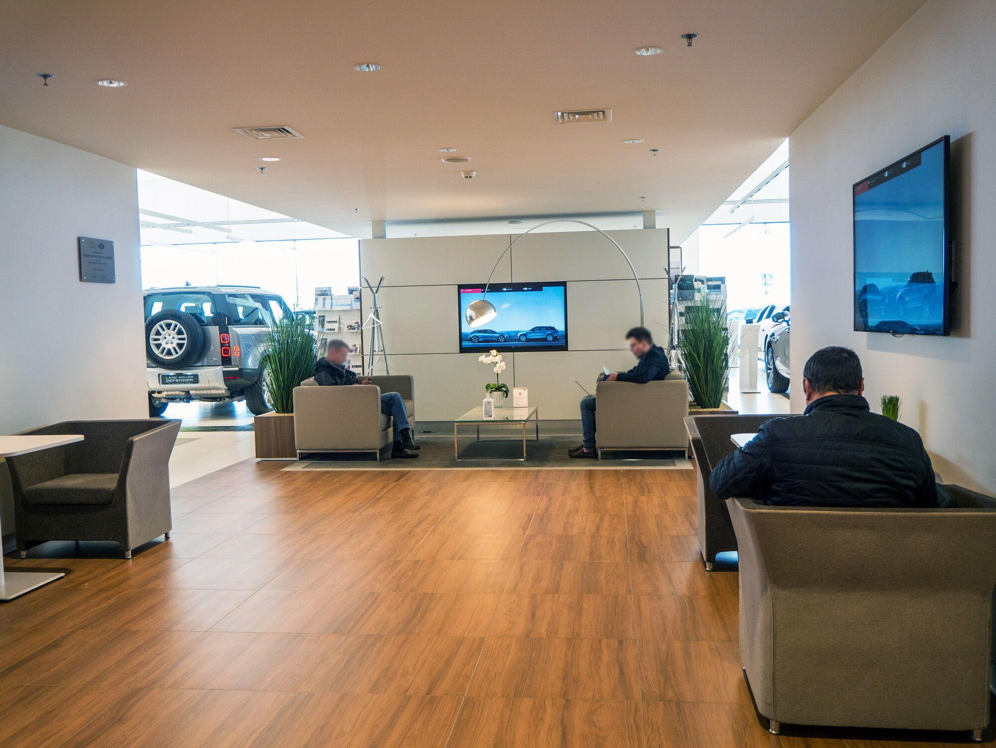 В дилерских центрах обязательно есть зона ожидания с кафе и лаунж-зоной, где можно и отдохнуть, и поработать с ноутбуком