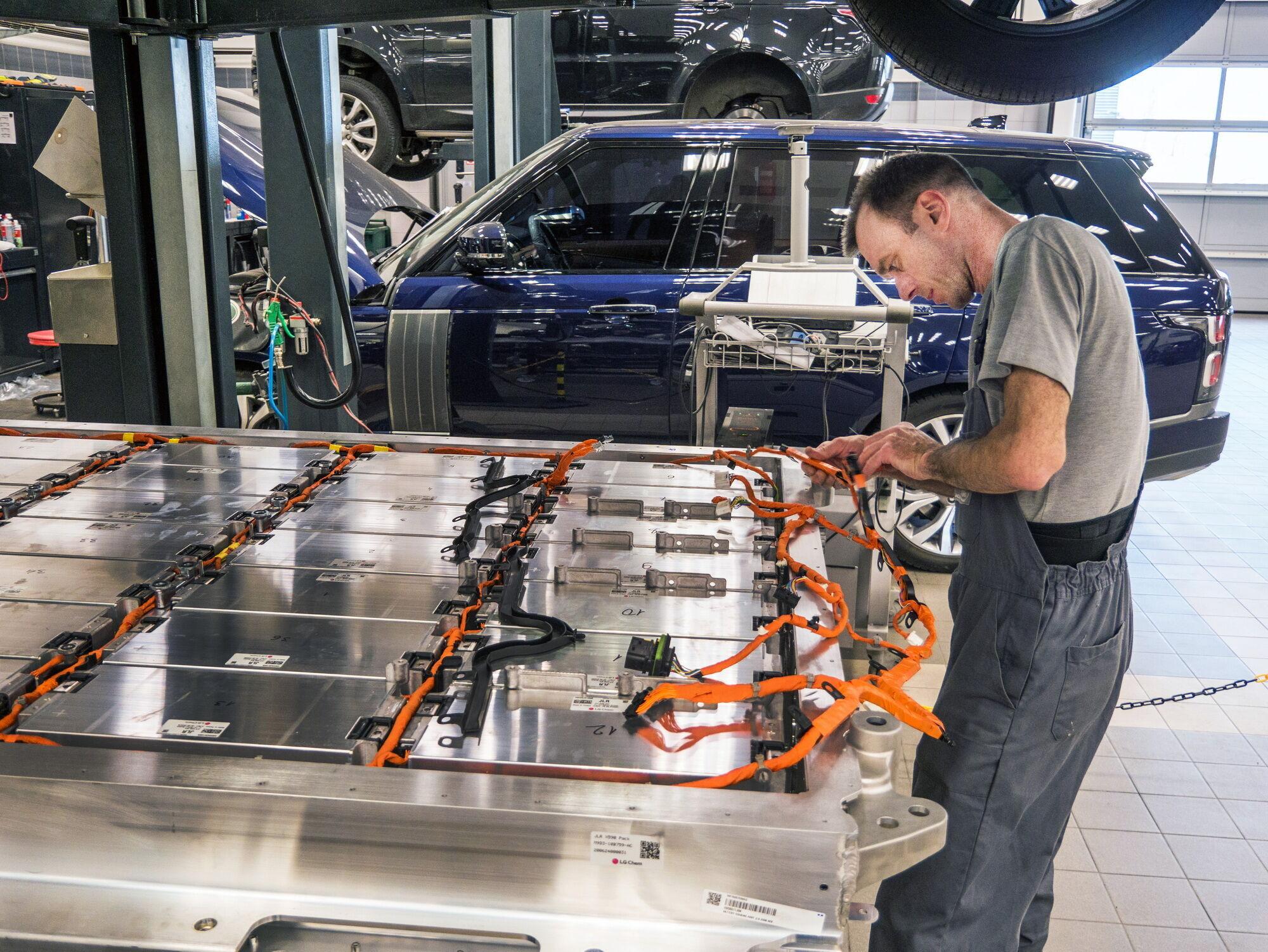 На официальном дилерском сервисе Jaguar Land Rover автомобиль ждет особое внимание