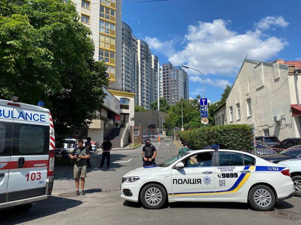 Попередньо, поранення отримали один поліцейський і цивільний.