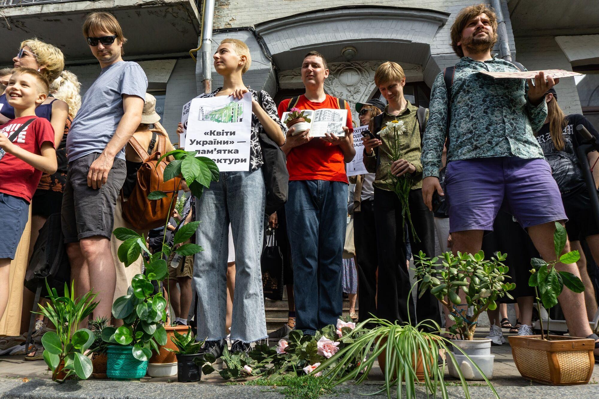 Сотні містян прийшли підтримати шедевр Миколи Левчука.