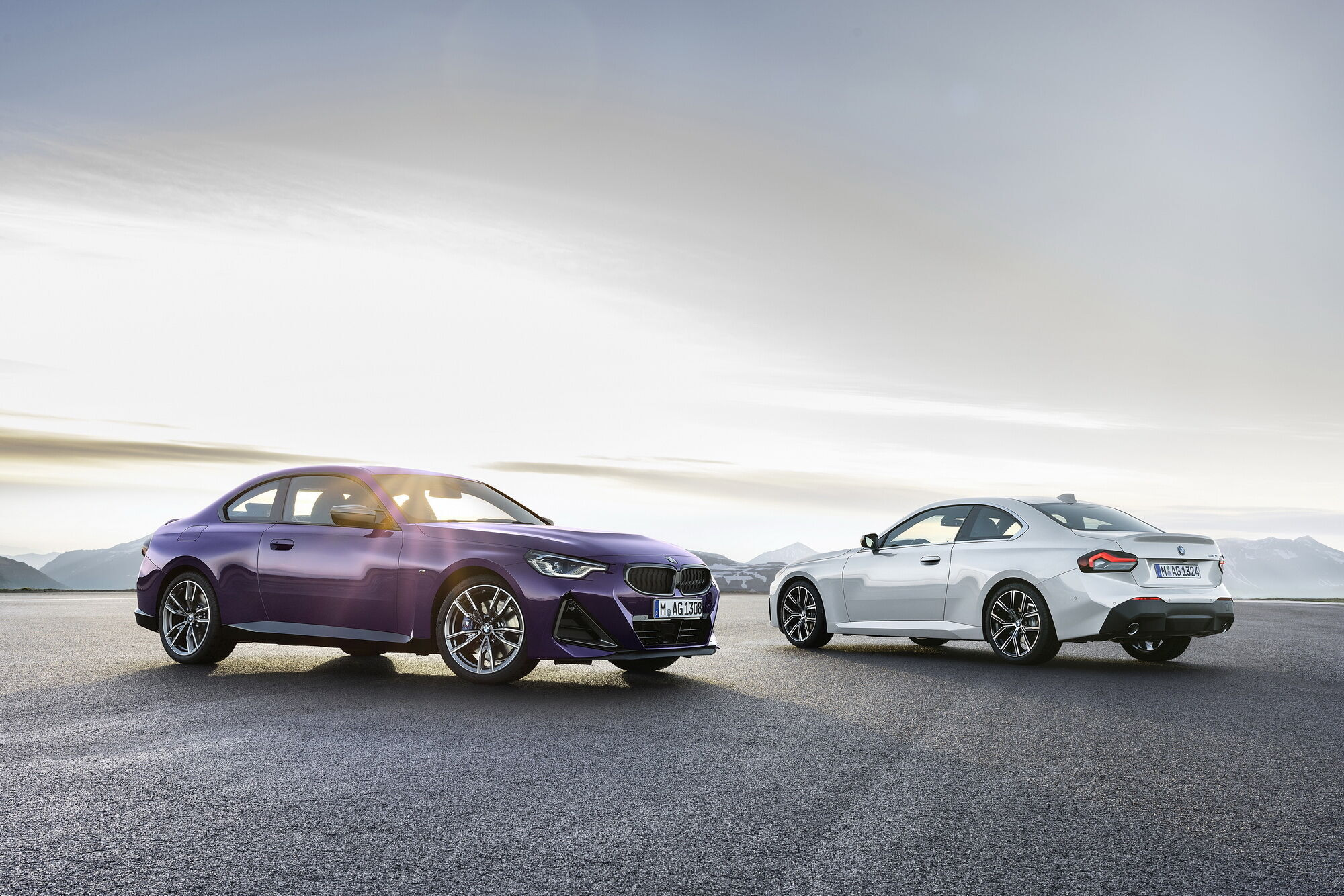 BMW M240i xDrive Coupe і BMW 220i Coupе (праворуч)