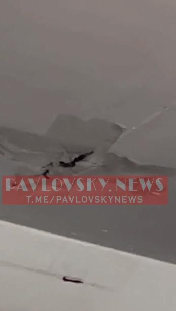 Дыра в потолке на борту самолета.