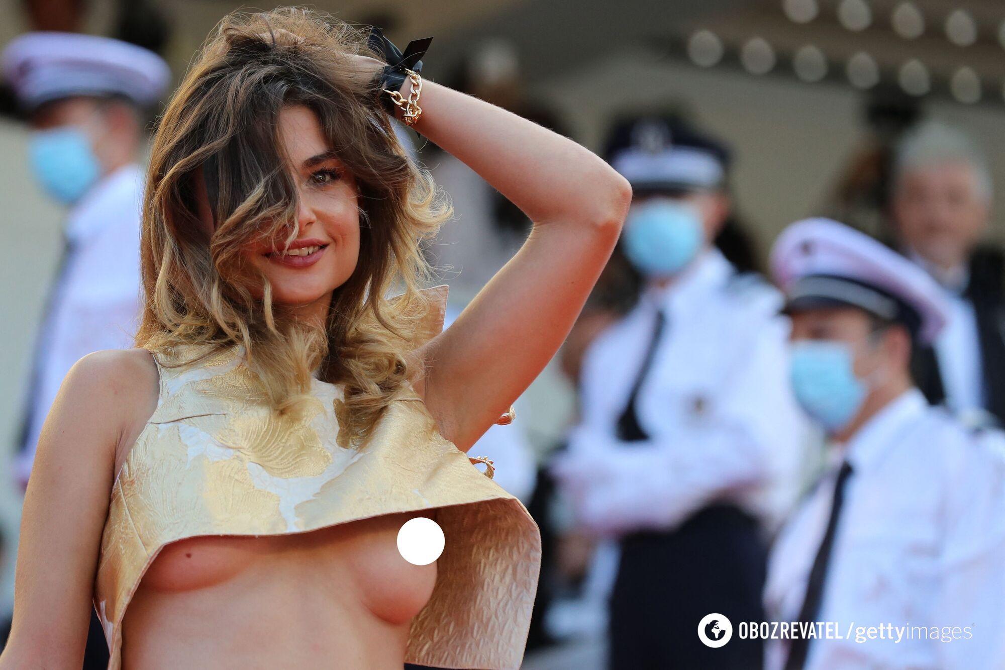 Девушка с голой грудью.