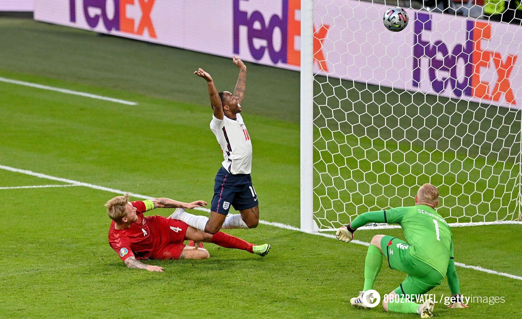 Кьер забил в свои ворота.
