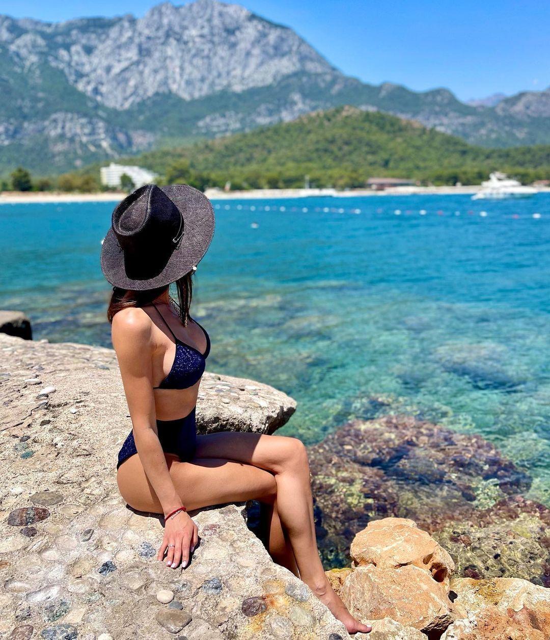 Анна Сидорчук в черном купальнике