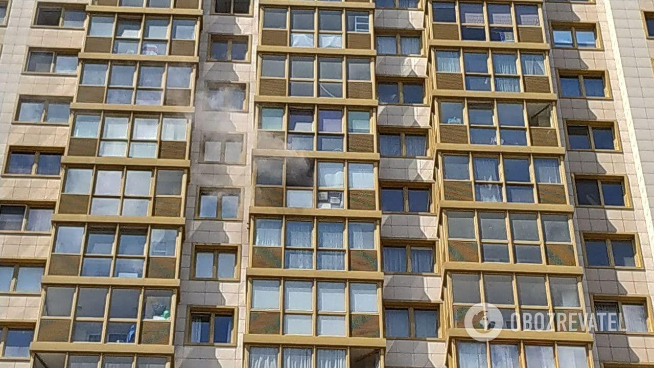 Дим із вікна квартири, де зачинився стрілець.