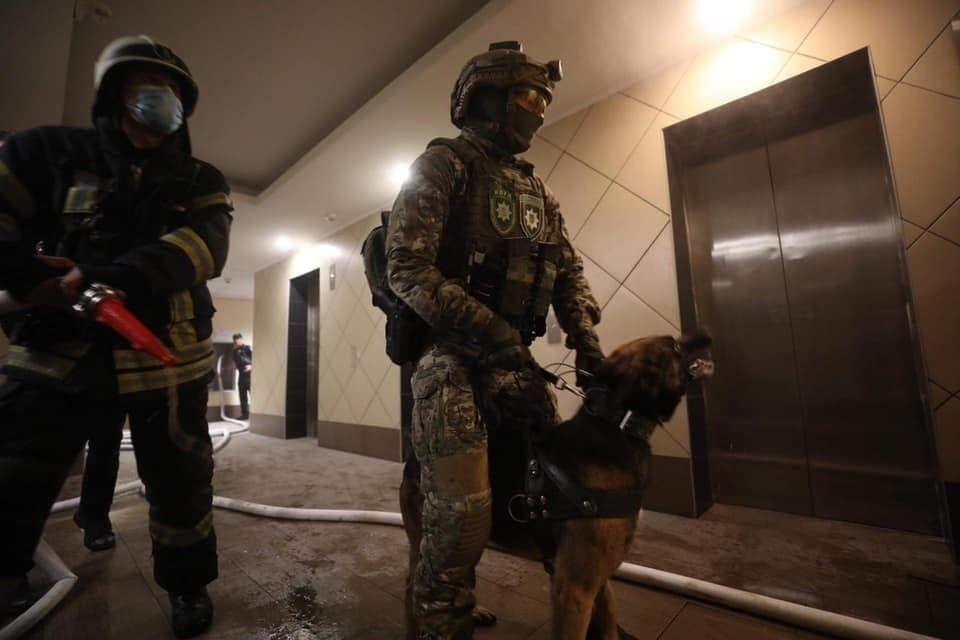 Співробітники поліції біля квартири.